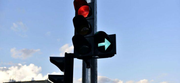 Особливості проїзду перехресть зі світлофором з додатковою секцією